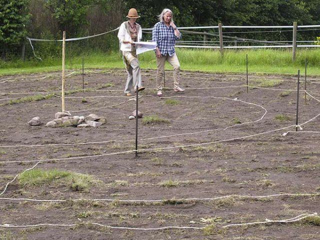 Nach dem gezeichneten Plan wirddas Terrain abgesteckt.